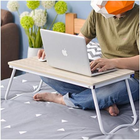 ban-de-laptop-tren-giuong-tien-loi
